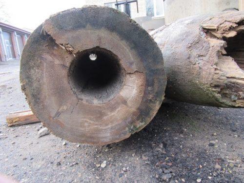 Atrastas vēsturiskas liecības Rīgas ielā – no koka izgatavotas ūdensvada caurules.